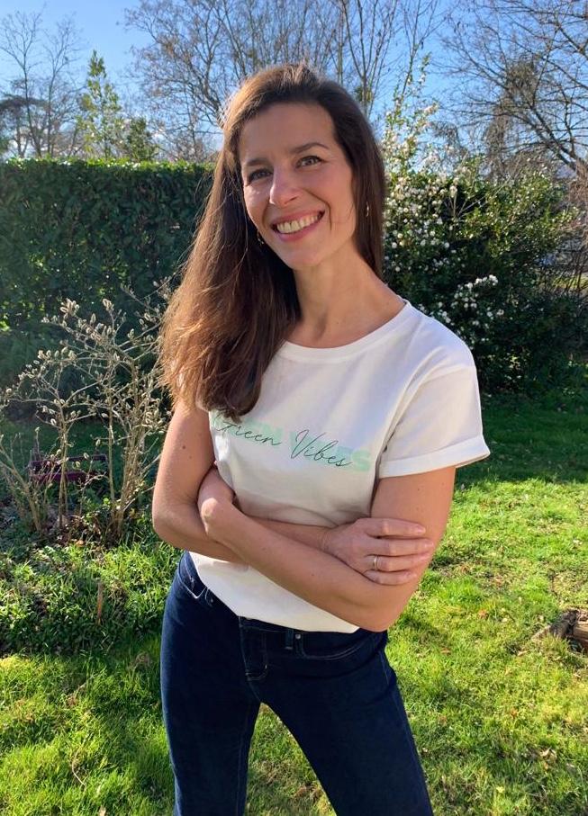 Cyrielle fondatrice d' Obazine porte le tee Green Vibes de Studio Kelime